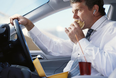 man_eating_in_car