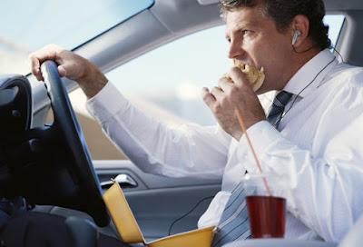 man_eating_in_car
